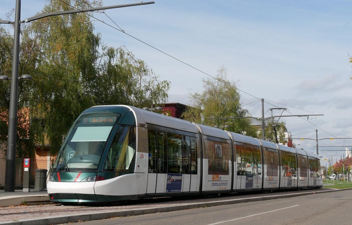 Le tram A en plein centre de la ville d'Illkirch